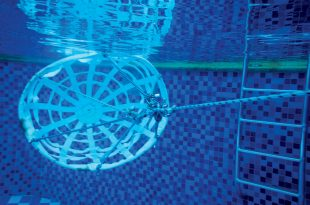 Slowing devices : The modified drogue and the experimental Flat Fat Drogue undergoing tests in the swimming pool